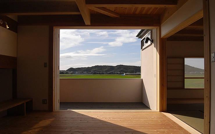 津屋崎の家: AMI ENVIRONMENT DESIGN/アミ環境デザインが手掛けたリビングです。