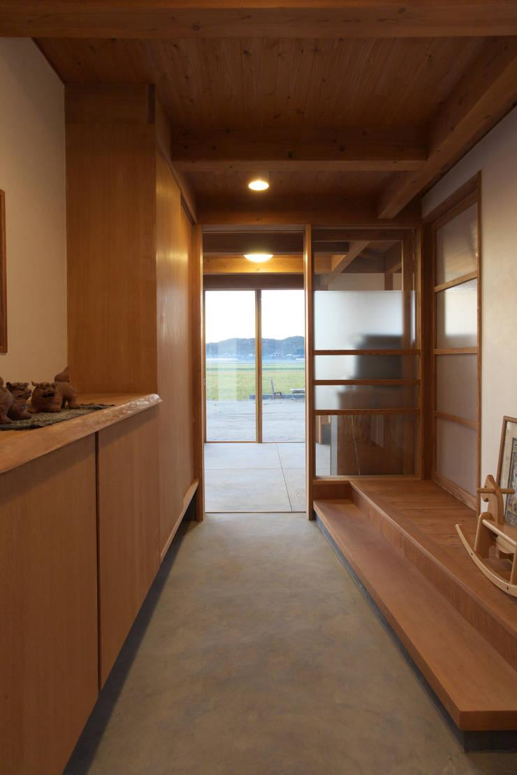 津屋崎の家: AMI ENVIRONMENT DESIGN/アミ環境デザインが手掛けた廊下 & 玄関です。