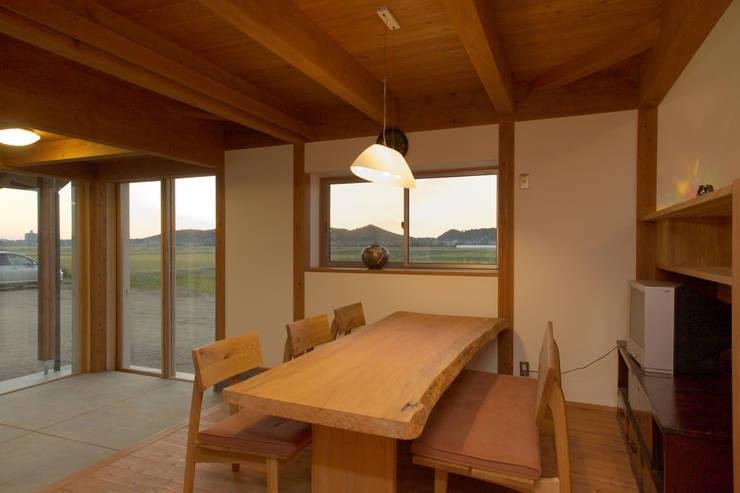 津屋崎の家: AMI ENVIRONMENT DESIGN/アミ環境デザインが手掛けたダイニングです。