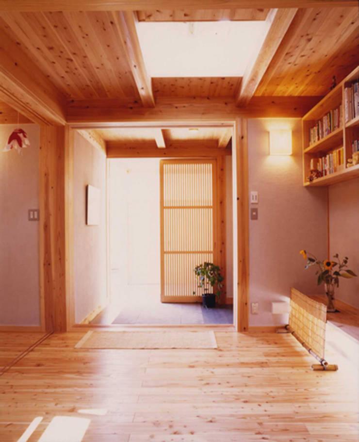長屋門の家: AMI ENVIRONMENT DESIGN/アミ環境デザインが手掛けた廊下 & 玄関です。,