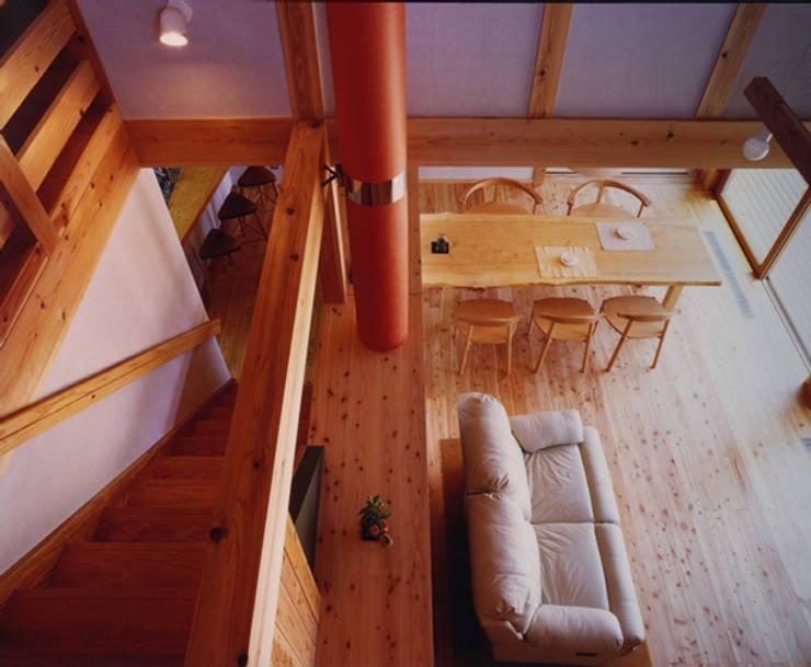 長屋門の家: AMI ENVIRONMENT DESIGN/アミ環境デザインが手掛けたリビングです。,