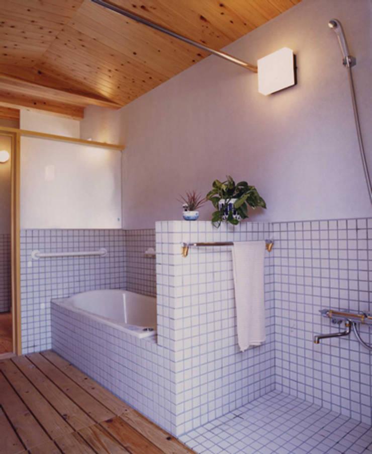 長屋門の家: AMI ENVIRONMENT DESIGN/アミ環境デザインが手掛けた浴室です。,