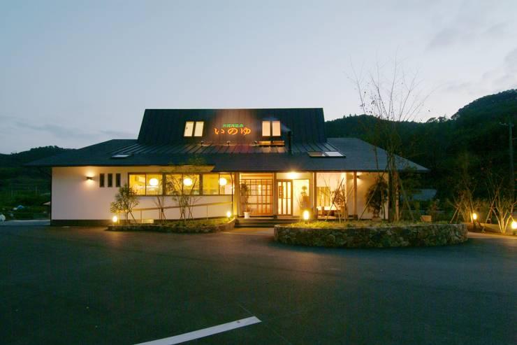 大河内温泉いのゆ: AMI ENVIRONMENT DESIGN/アミ環境デザインが手掛けた家です。,和風