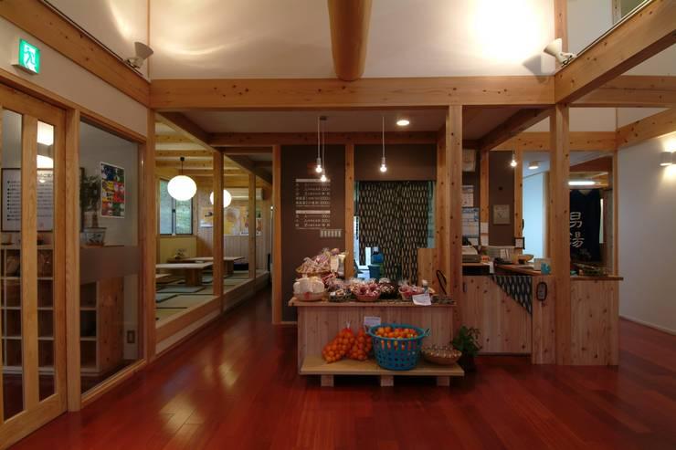 大河内温泉いのゆ: AMI ENVIRONMENT DESIGN/アミ環境デザインが手掛けた廊下 & 玄関です。,和風