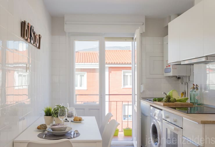 Cocina de estilo  por jaione elizalde estilismo inmobiliario - home staging