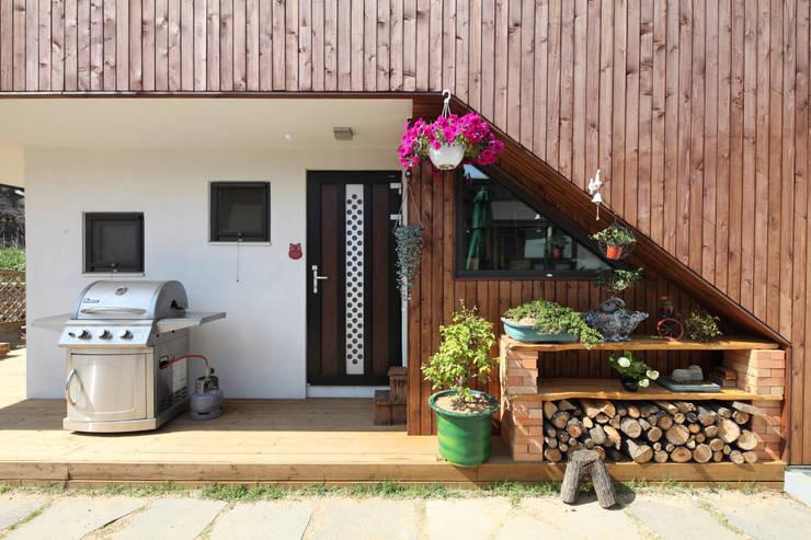 별채 계단 하부 진입공간: 주택설계전문 디자인그룹 홈스타일토토의  주택