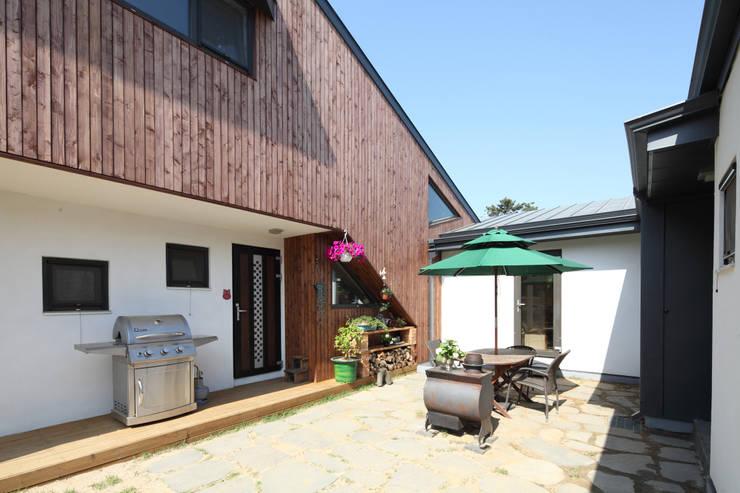 ㄷ자 중정의 모습: 주택설계전문 디자인그룹 홈스타일토토의  정원,모던