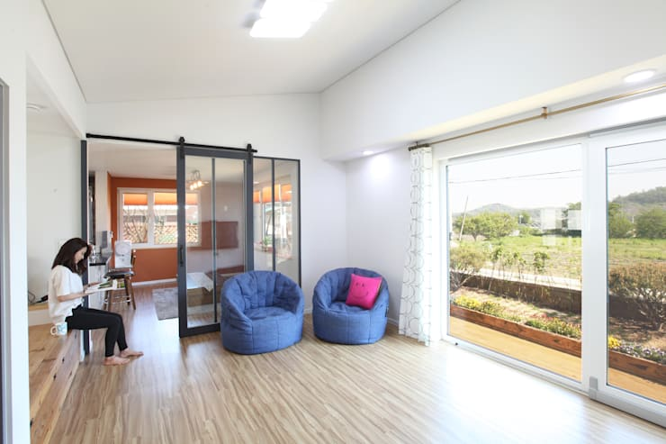 오픈천장인 거실: 주택설계전문 디자인그룹 홈스타일토토의  거실