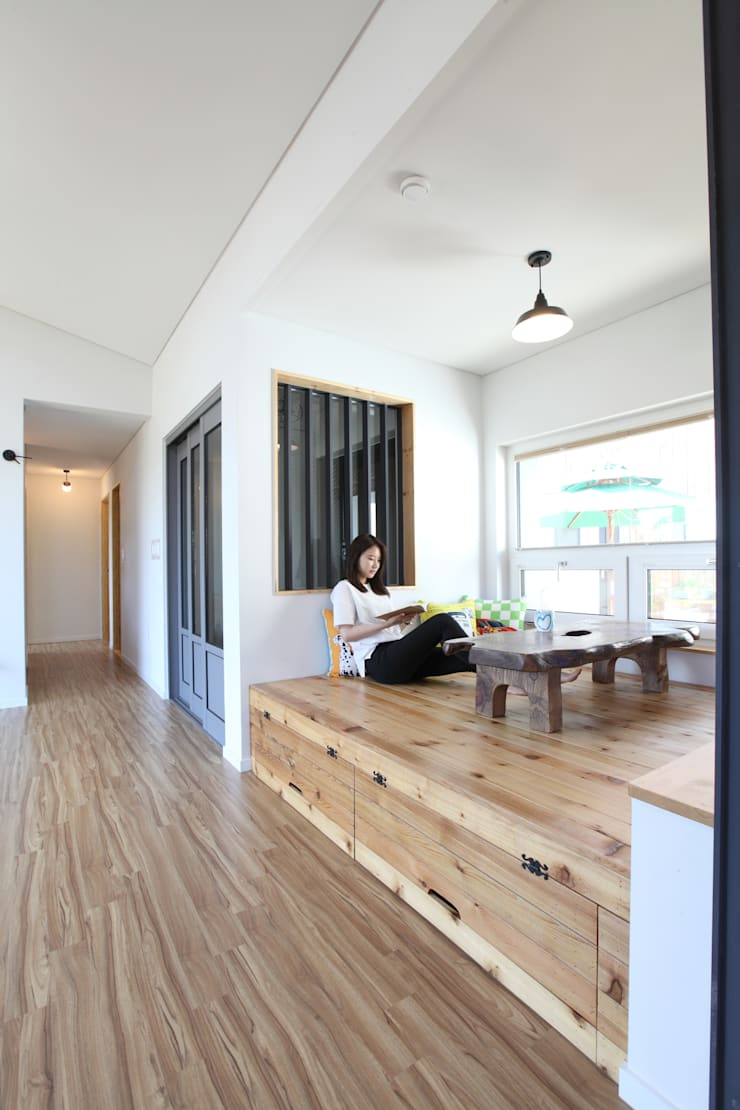 좌식평상 툇마루: 주택설계전문 디자인그룹 홈스타일토토의  거실