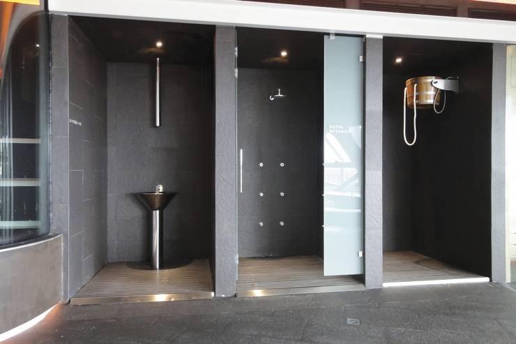 Baños de estilo  por INBECA Wellness Equipment