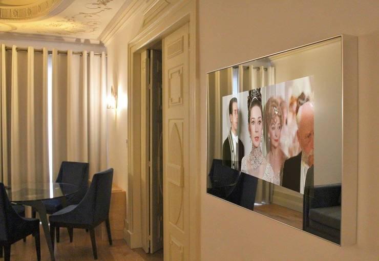 Flores Village Hotel & Spa – Works by Glassinnovation: Sala de estar  por Glassinnovation - Glass'IN