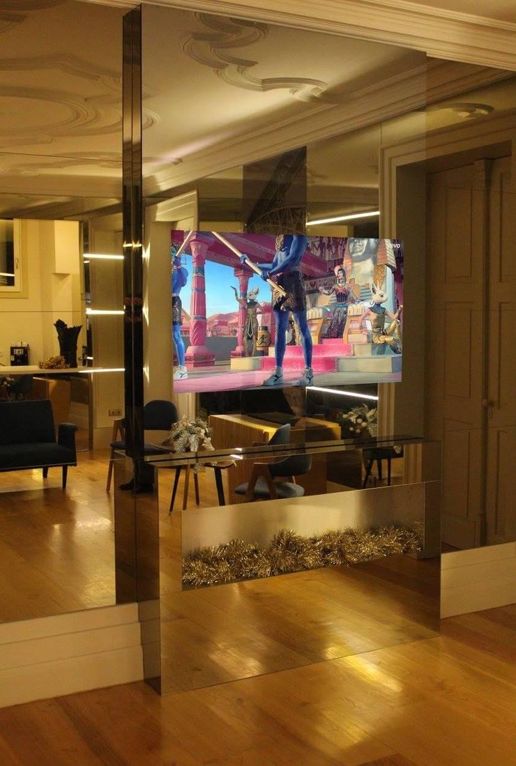 Flores Village Hotel & Spa – Works by Glassinnovation: Corredor, hall e escadas  por Glassinnovation - Glass'IN