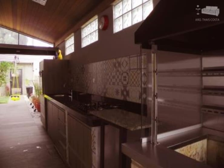 ÁREA GOURMET: Garagens e edículas  por THACO. Arquitetura e Ambientes