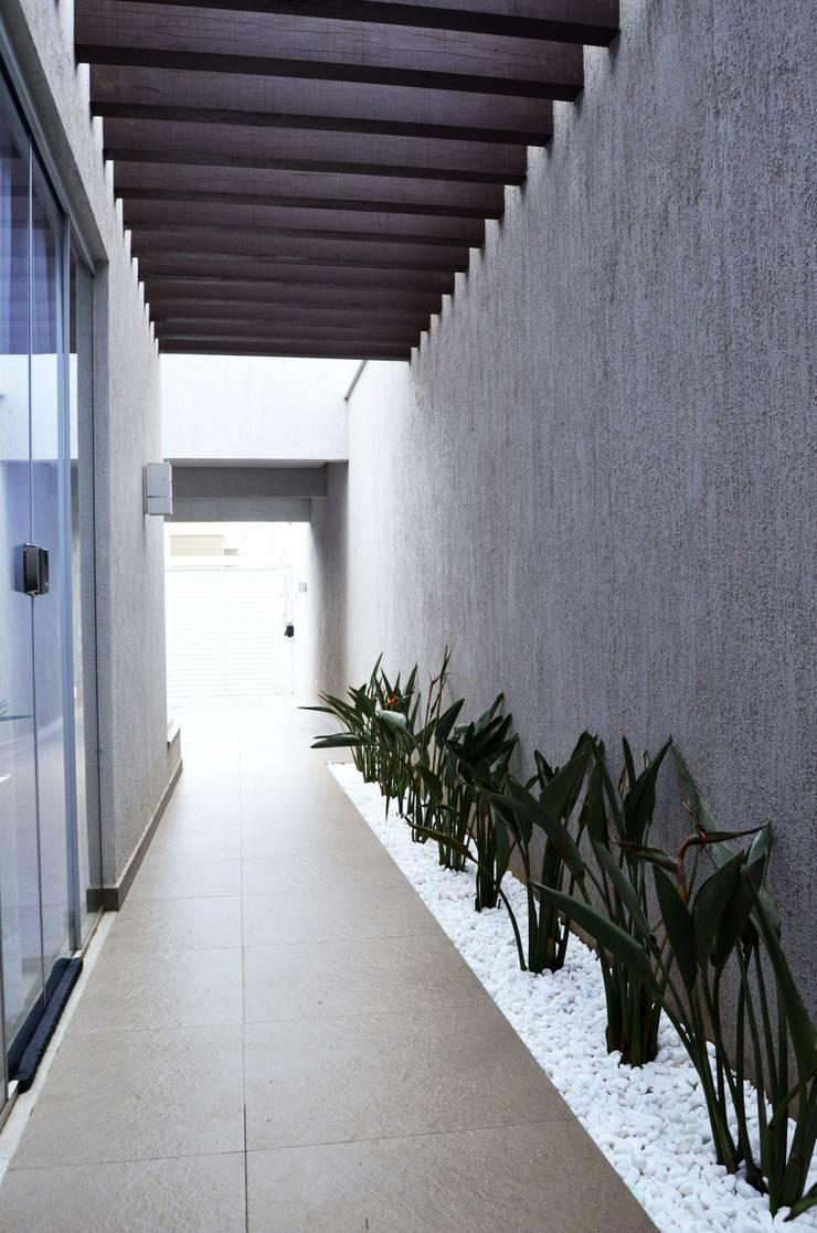 RESIDÊNCIA FC: Corredores e halls de entrada  por TRES MAIS arquitetura