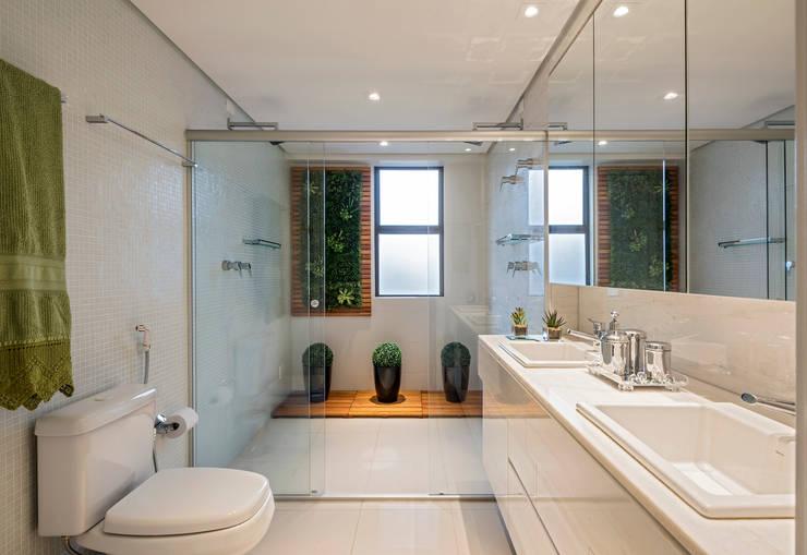 Projeto Apartamento Luxemburgo: Banheiros  por Laura Santos Design