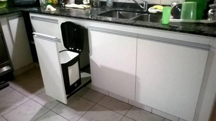 Cesto automatizado: Cocinas de estilo  por X Design Muebles