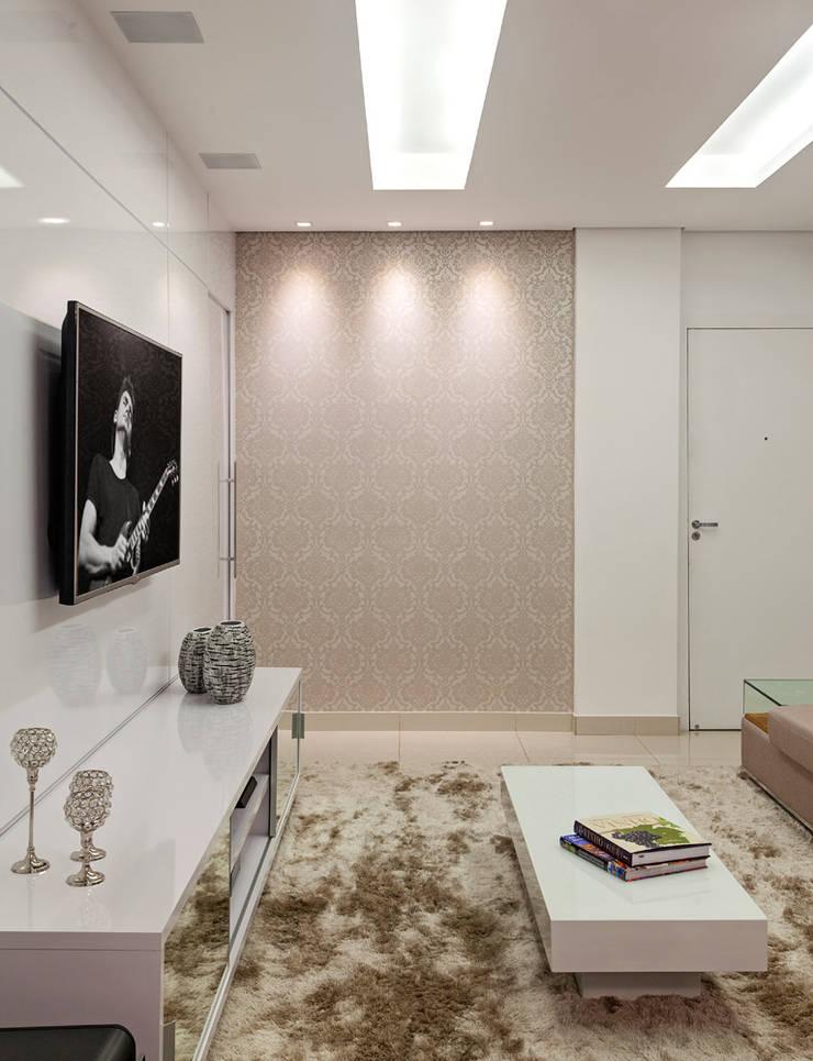 Apartamento Jovem Casal: Salas de estar  por Laura Santos Design,Moderno