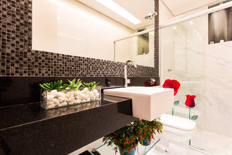Apartamento Jovem Casal: Banheiros  por Laura Santos Design