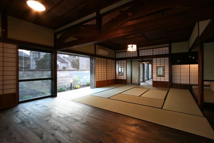 犬山 下本町の家: 池戸建築事務所が手掛けたリビングです。,