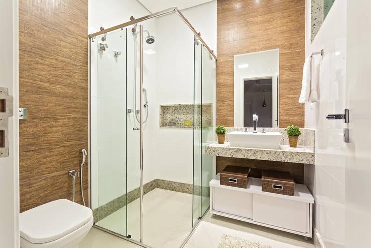Casa Familiar mineira: Banheiros  por Laura Santos Design