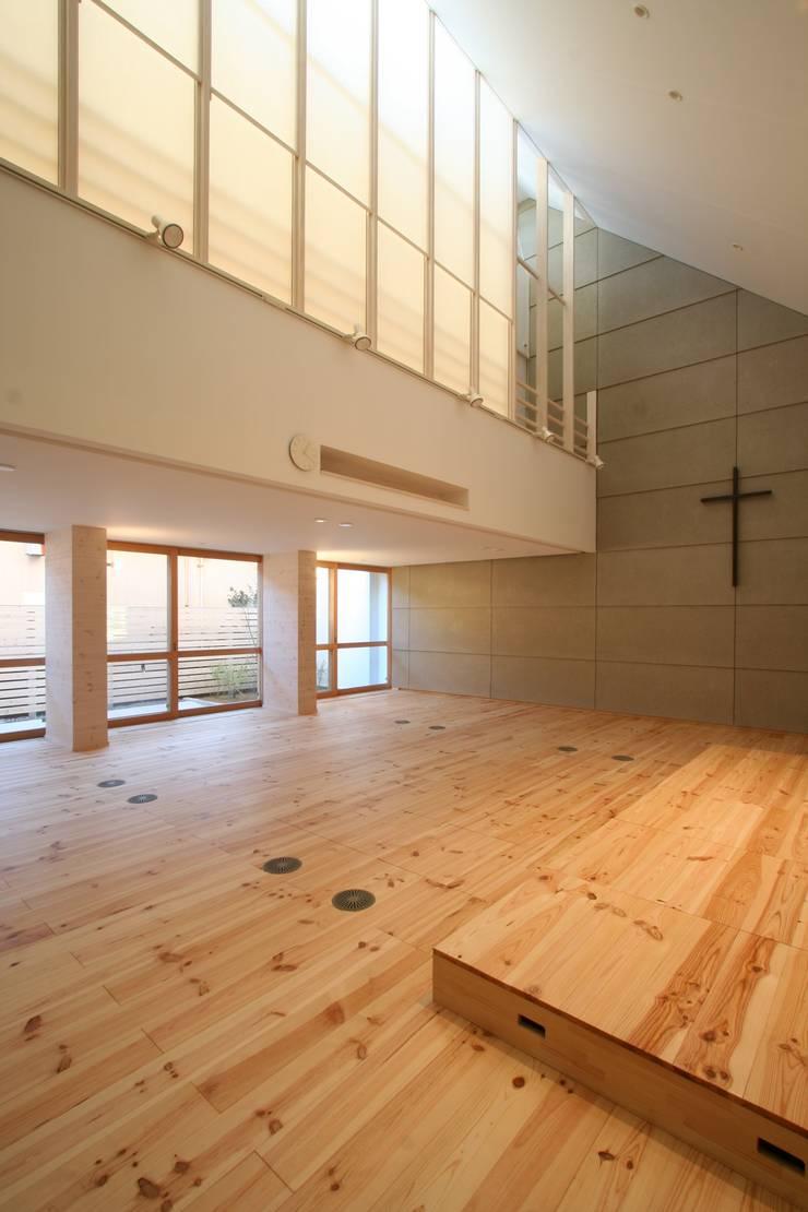 名古屋グローリアスチャペル: 池戸建築事務所が手掛けたリビングです。