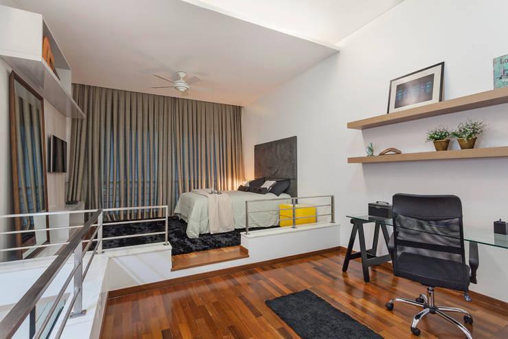Loft Duplex: Escritórios  por Laura Santos Design