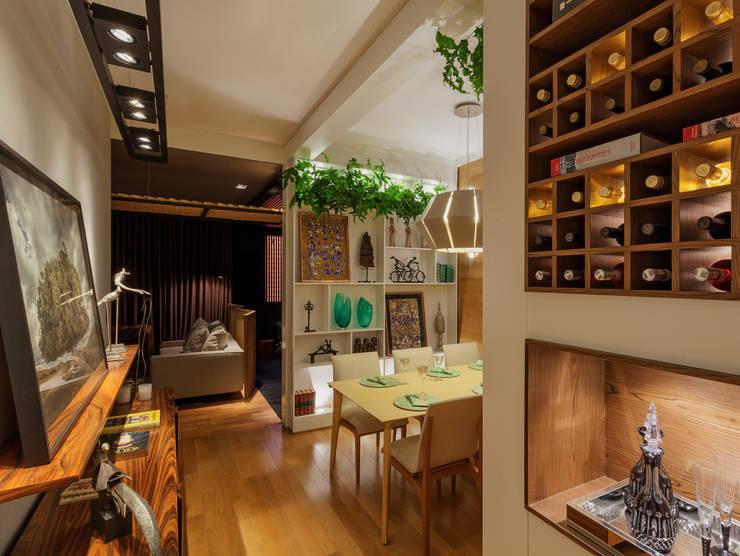 Mostra – Casa Cor Minas – Sala de Jantar e Adega: Adegas  por Laura Santos Design