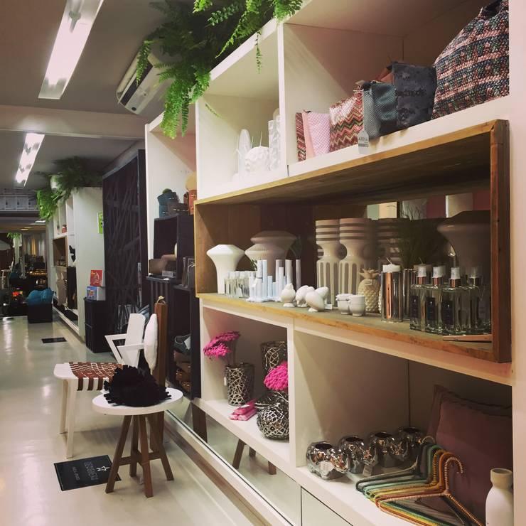 Comercial – AMMA Store Jardins: Lojas e imóveis comerciais  por AMMA PROJETOS