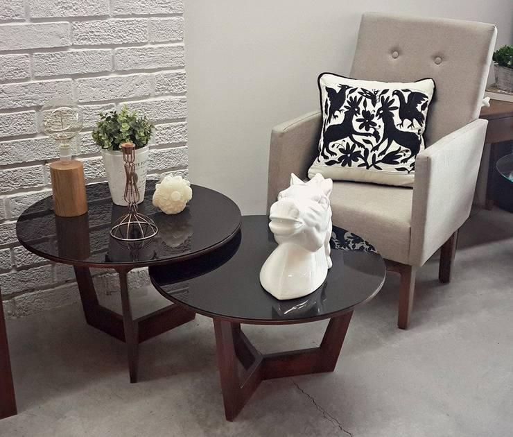 Mesas madera - vidrio, sillón y accesorios: Salas de estilo  por Sepia interiores