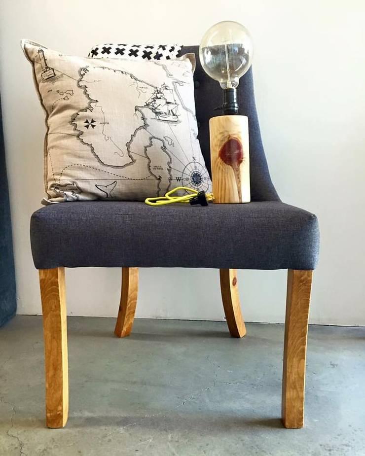 Complementos perfectos!! silla- lámpara tronquito - cojín: Estudio de estilo  por Sepia interiores