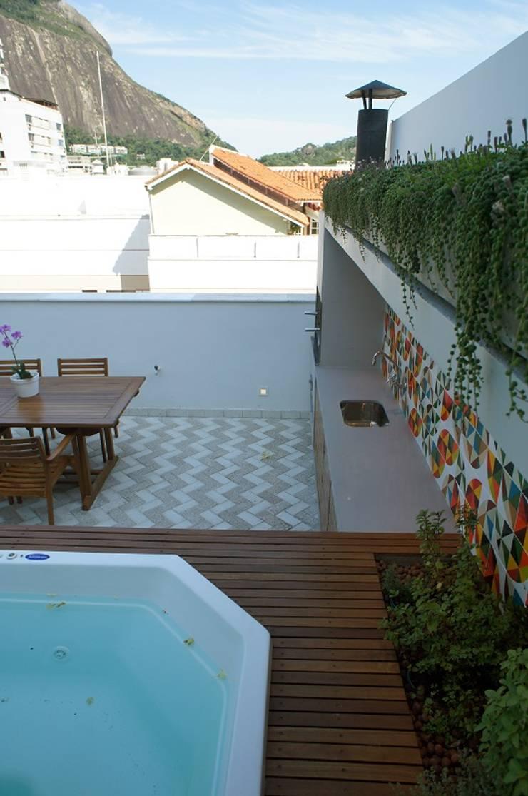 Varanda Gourmet, Spa e Jardim Vertical: Casas modernas por Adoro Arquitetura