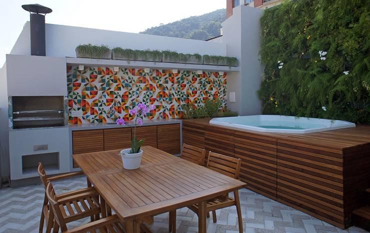 Varanda Gourmet, Spa e Jardim Vertical: Casas  por Adoro Arquitetura ,Moderno Madeira Efeito de madeira