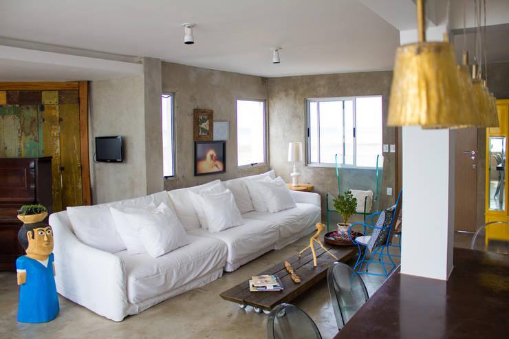 Apartamento – Pajuçara: Sala de estar  por LM Arquitetura | Conceito