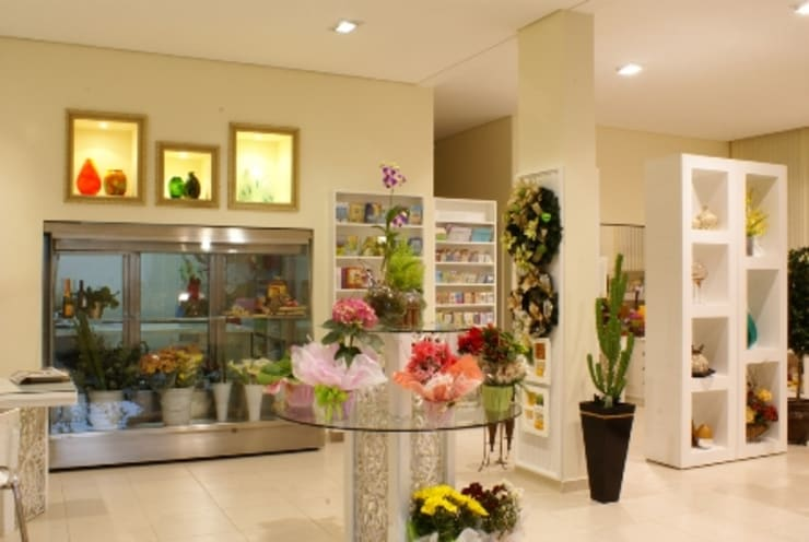 LOJA DE FLORES E PRESENTES 24 HS: Espaços comerciais  por Penha Alba Arquitetura e Interiores,