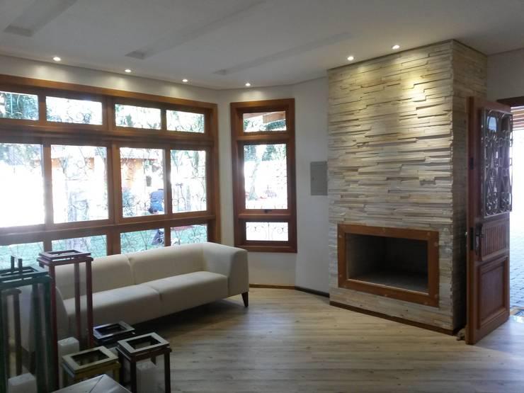 Sala da Lareira: Sala de estar  por Ana Luci Moro Arquitetura