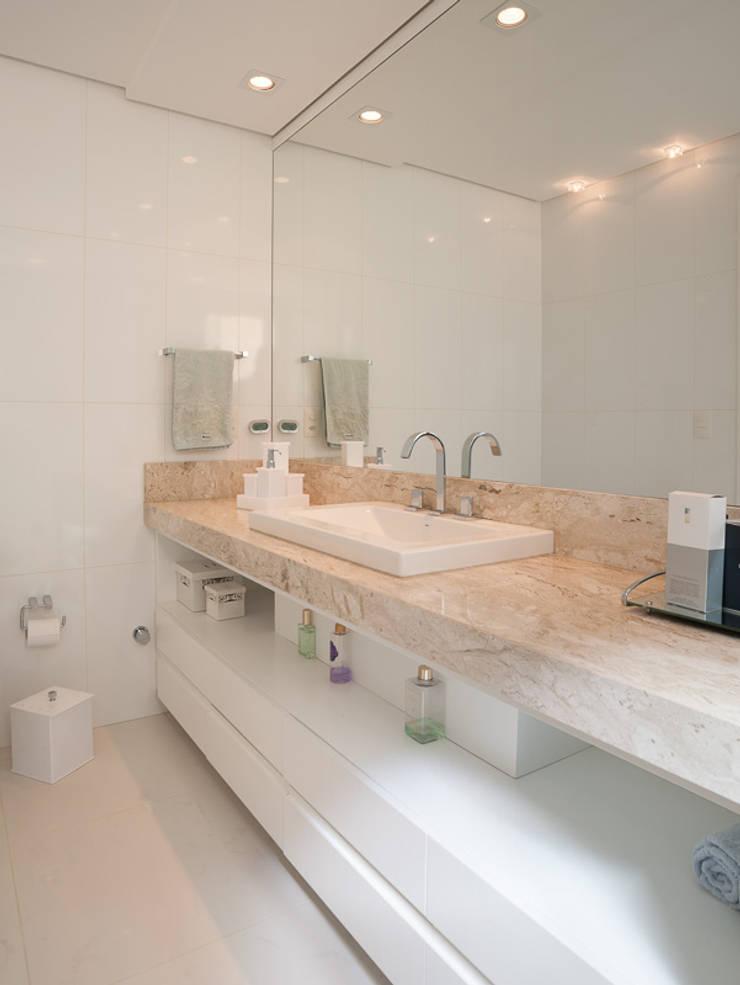 APARTAMENTO  – CAXIAS DO SUL: Banheiros  por Manoela Arquiteta,