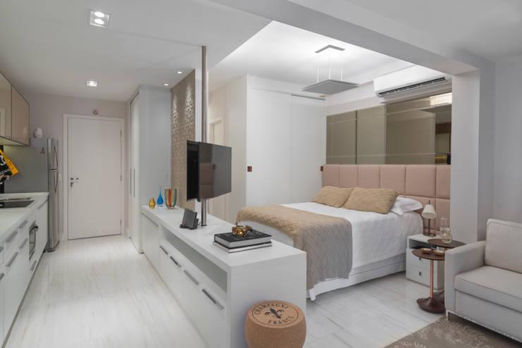 Studio 39 m²: Quartos  por Carina Dal Fabbro Arquitetura e Interiores Ltda
