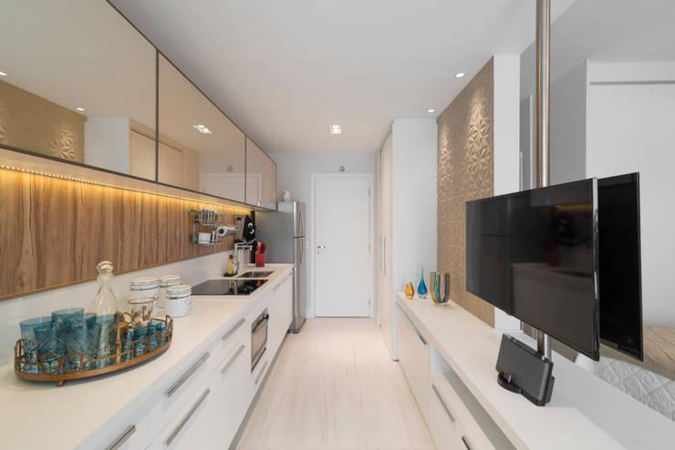 Studio 39 m² Brooklin: Cozinhas  por Carina Dal Fabbro Arquitetura e Interiores Ltda