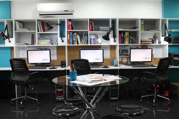 Puestos de Trabajo / Biblioteca: Salas de entretenimiento de estilo  por 5D Proyectos