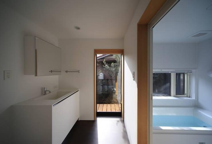 小谷の家: 早田雄次郎建築設計事務所/Yujiro Hayata Architect & Associatesが手掛けた浴室です。