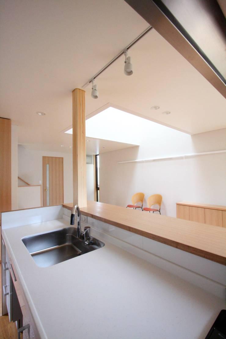 明るく開放的なキッチン: 中川龍吾建築設計事務所が手掛けたキッチンです。,モダン 無垢材 多色