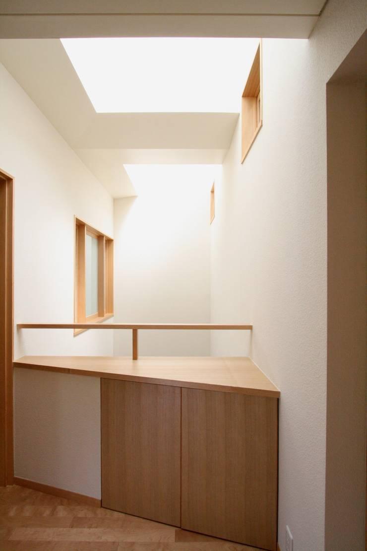 2階の階段上部から吹抜と吹抜に面した2階の諸室の窓を望む: 中川龍吾建築設計事務所が手掛けた窓です。,モダン 無垢材 多色