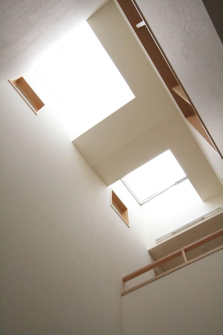 吹抜上部のトップライト見上げ: 中川龍吾建築設計事務所が手掛けた窓です。,北欧 ガラス