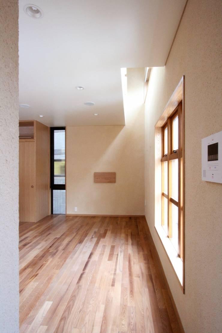 ハイサイドライトを設けたリビング: 中川龍吾建築設計事務所が手掛けたリビングです。