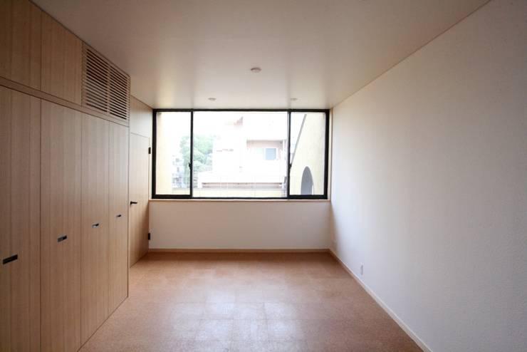 3階の親世帯の寝室: 中川龍吾建築設計事務所が手掛けた寝室です。