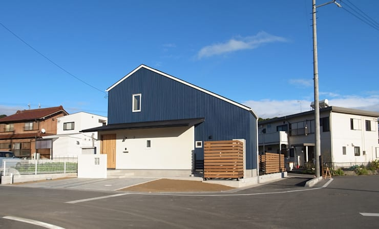 西面外観: 祐成大秀建築設計事務所が手掛けた家です。
