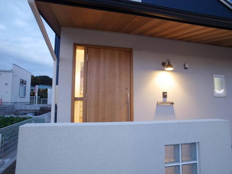 玄関: 祐成大秀建築設計事務所が手掛けた家です。