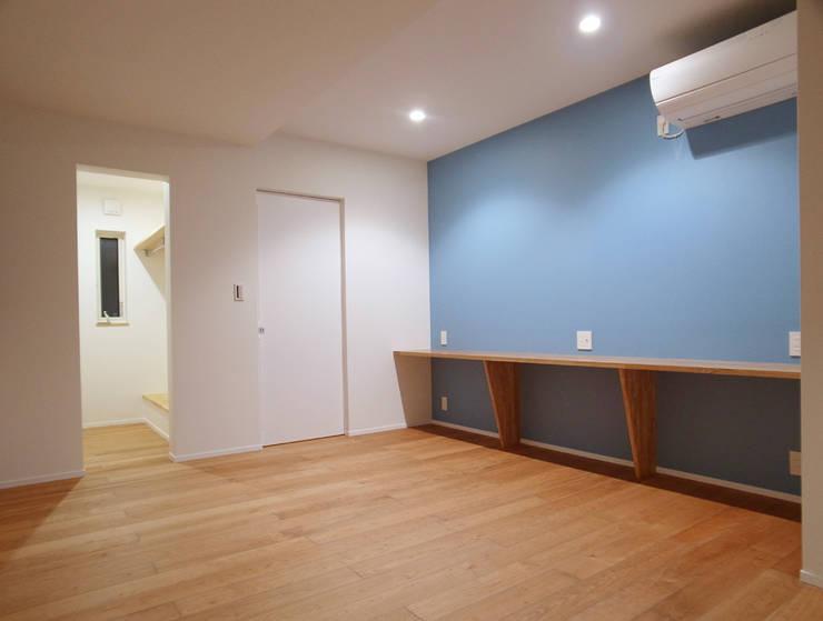 寝室: 祐成大秀建築設計事務所が手掛けた寝室です。