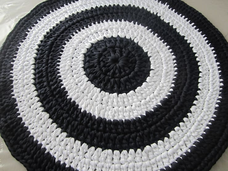 tapis au crochet en trapilho style m diterran en moderne tapis de salon entr e ou chambre par. Black Bedroom Furniture Sets. Home Design Ideas
