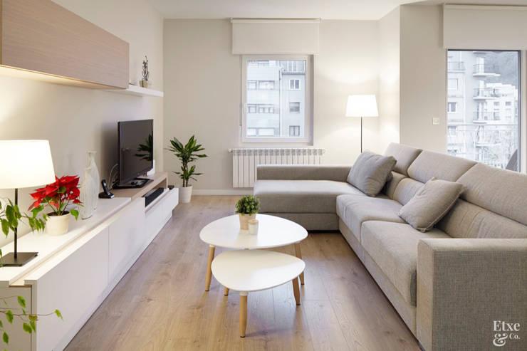 Salas de entretenimiento de estilo moderno por Etxe&Co